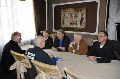 Die Delegation beim Treffen mit OSZE Beobachtern. Auf dem Bild: Julius Zukowski-Krebs, Andrej Hunko und Wolfgang Gherke. Foto: Andrej Hunko