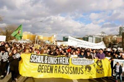 Fronttransparent des Streiks - Quelle: https://www.facebook.com/refugeeschulstreikberlin/?fref=ts